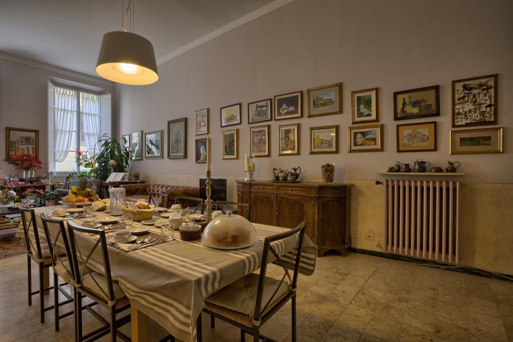 Salone con tavolo apparecchiato per la colazione