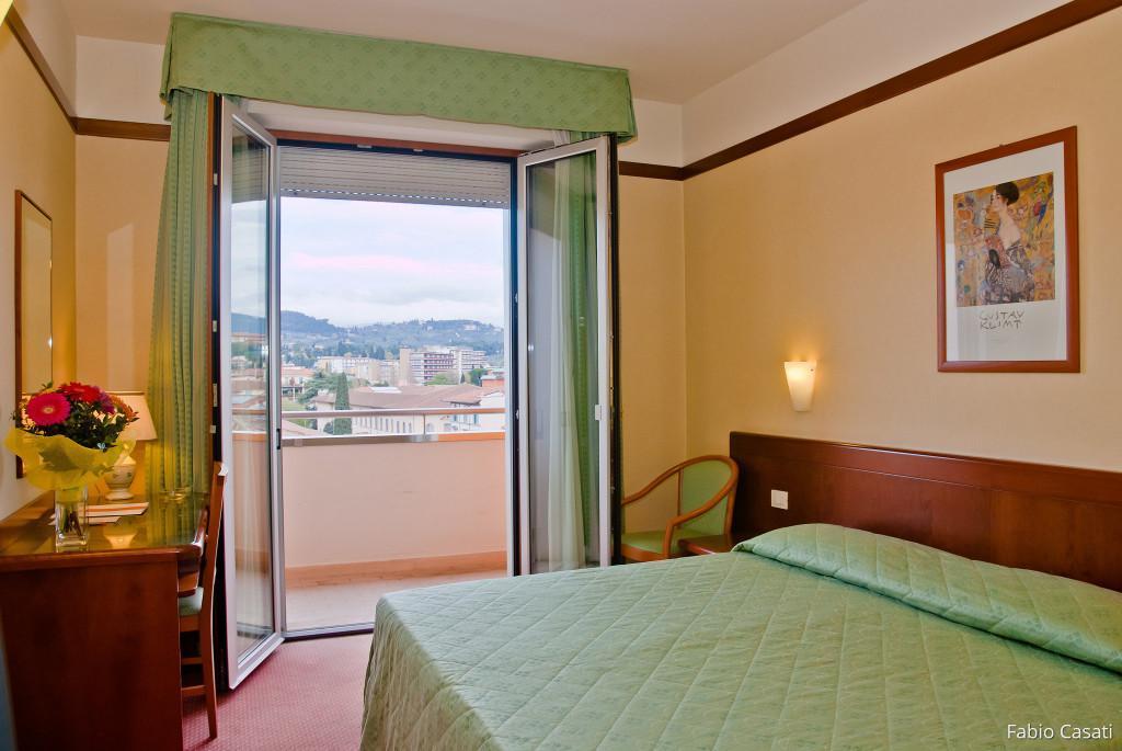 Fotografo gli interni della camera con vista sulle colline di Firenze