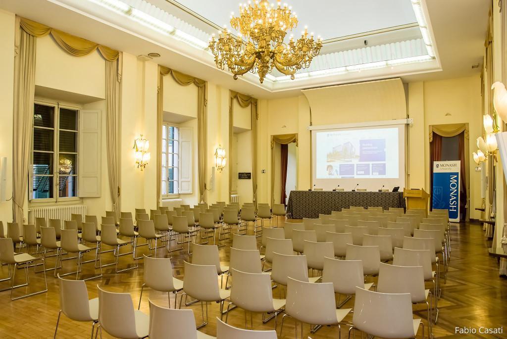 Salone con allestimento per conferenze