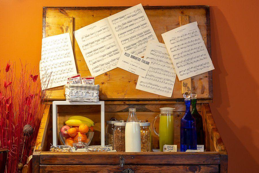 Dettaglio creativo del buffet nella sala colazione