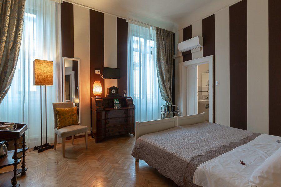 Camera romantica con linee verticali