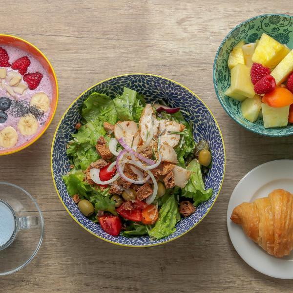 Foto Food. Bowl insalata, frutta e dolce